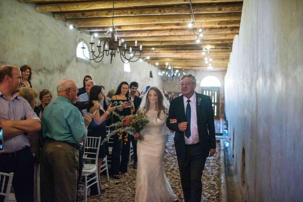 bruid-down-aisle